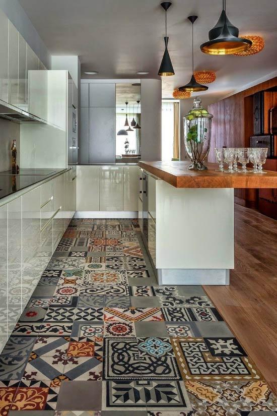 Korkkikorjain laatan ja lattialaudan välisessä risteyksessä