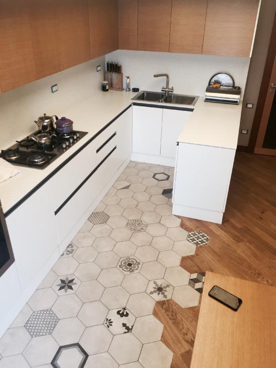 Kuusikulmio laatta ja laminaatti laatat keittiössä