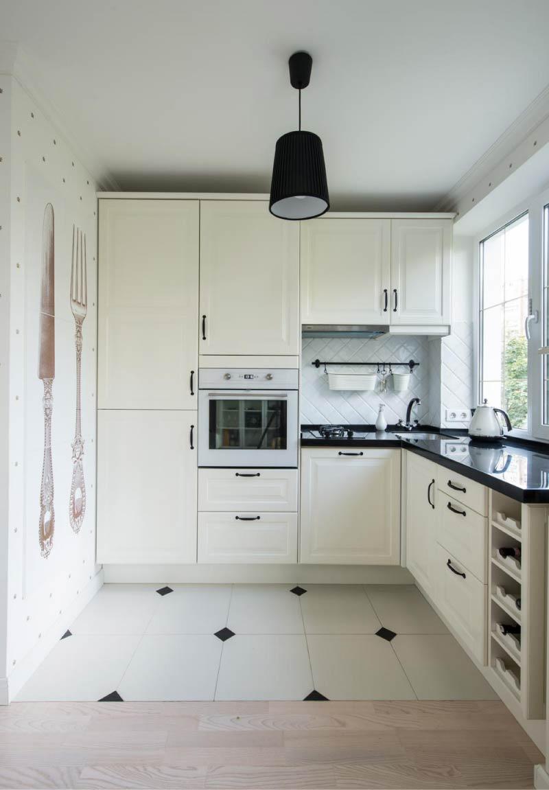 Laattojen ja laminaatin risteys ilman kynnystä keittiön sisätiloissa Hruštšovissa