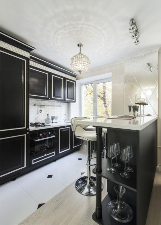 Laattojen ja laminaatin risteys keittiön sisätiloissa Hruštšovissa