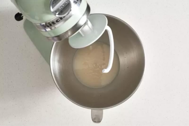 Η ζύμη διαλύεται σε ζεστό νερό
